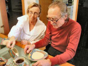 Seniors prenant repas