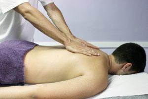 Homme qui se fait masser le dos